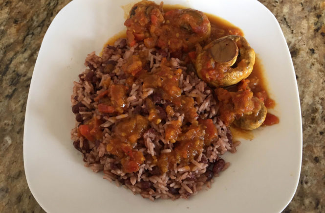 Rice and beans con hongos en salsa caribeña